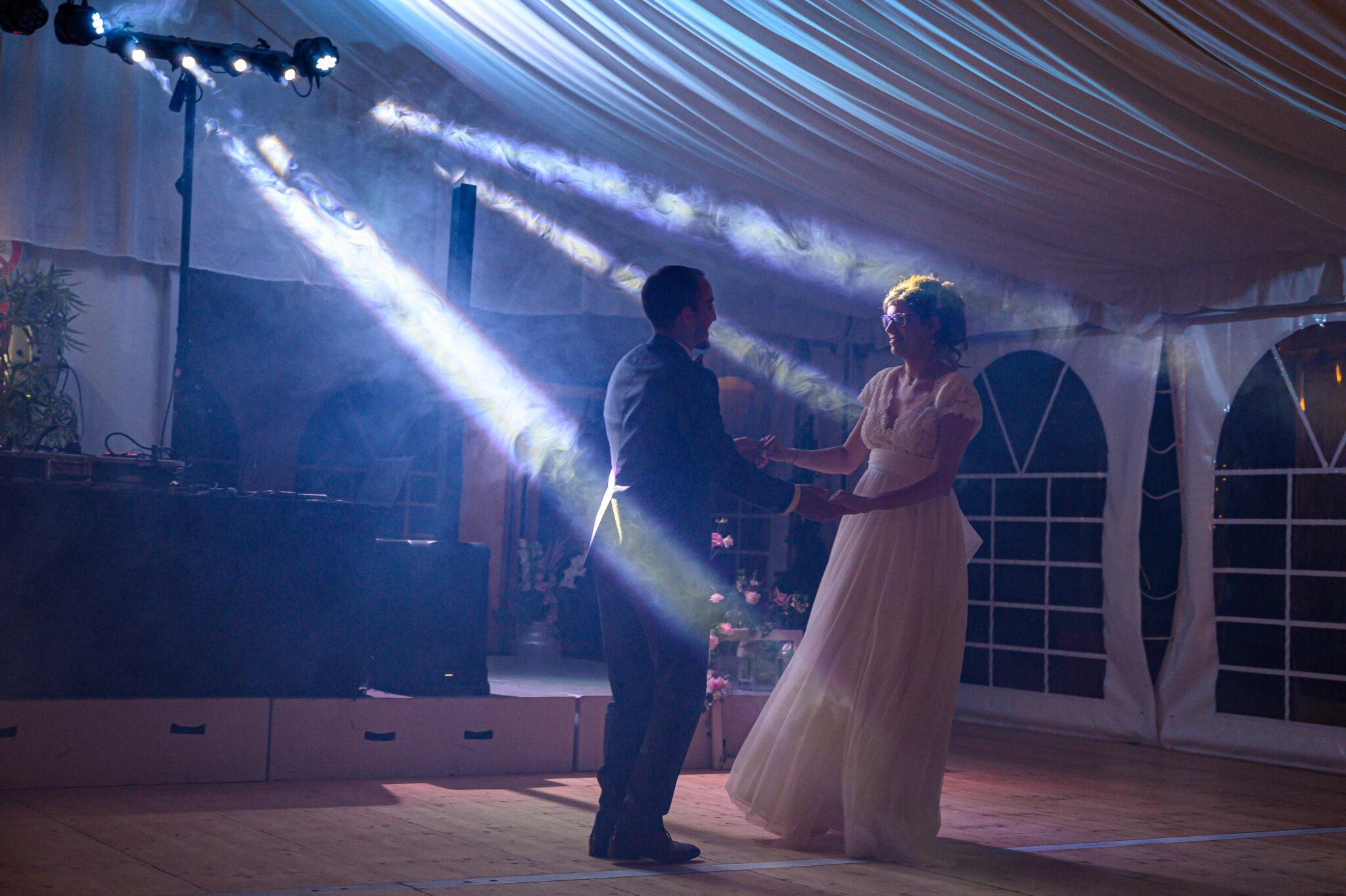 Mariés en train de danse pour leur ouverture de bal lors de leur soirée de mariage dans le Beaujolais