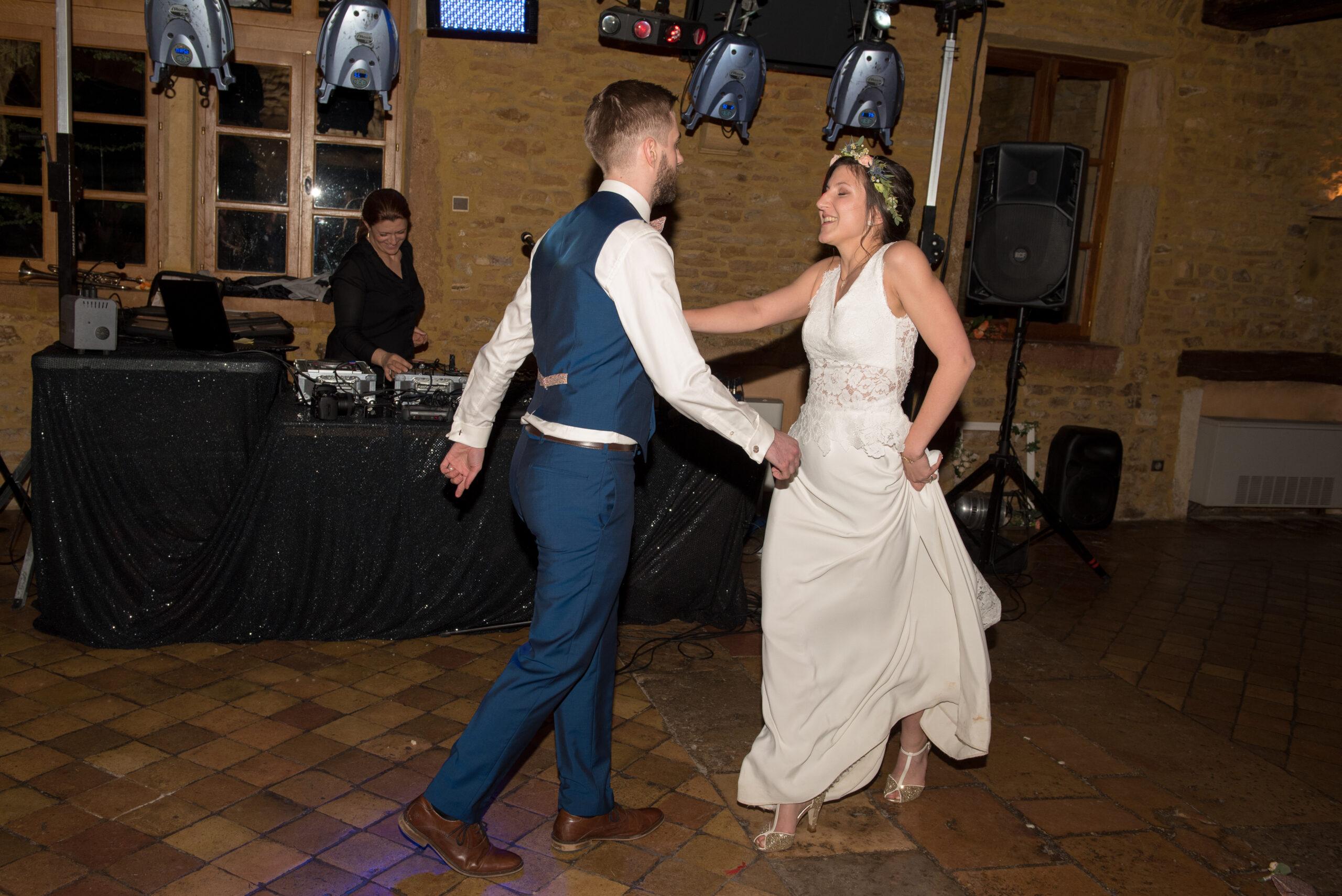 Mariés en train de danser avec Dj Svetlana, Dj ArtSong avec jeu de lumière