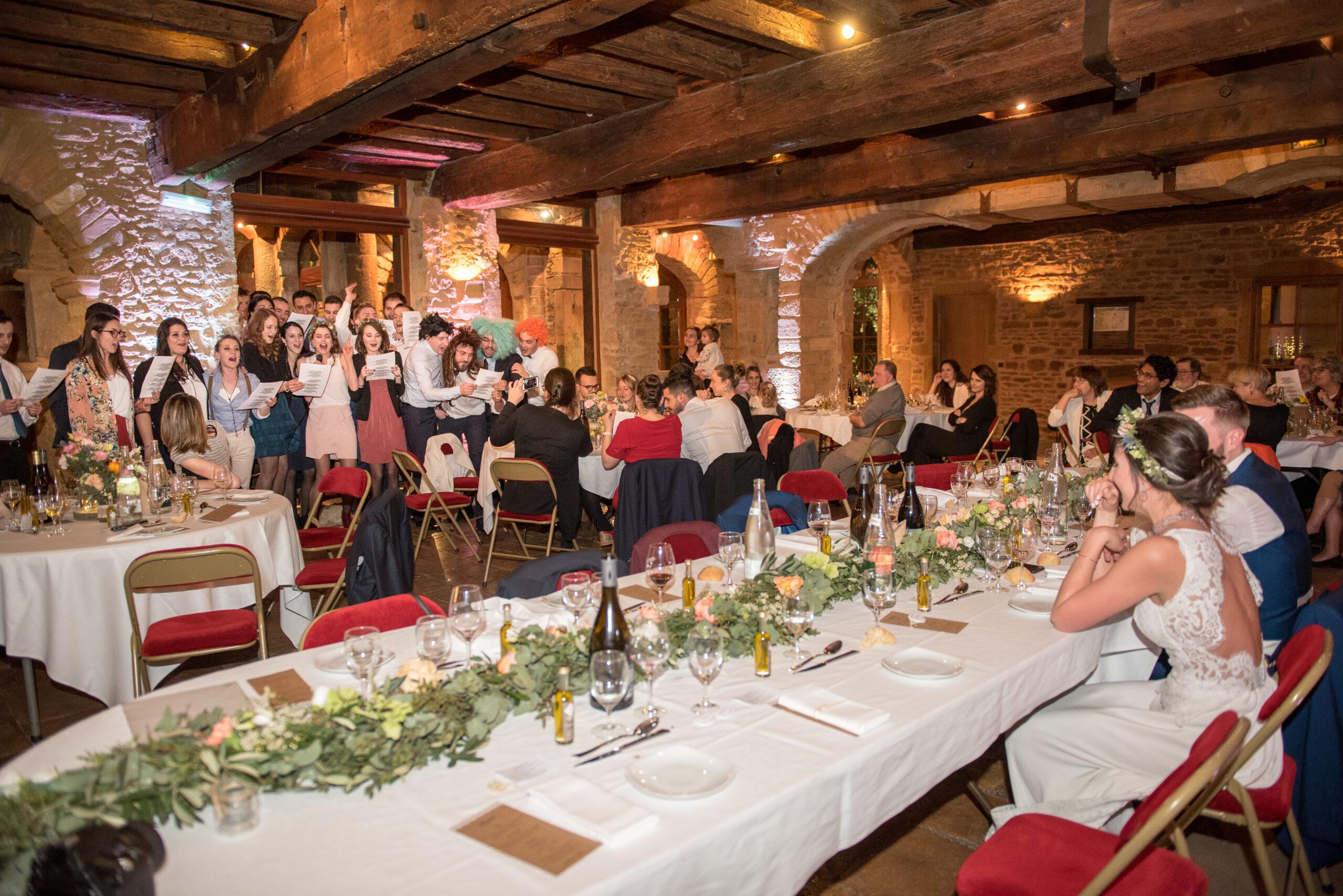 Convives en train de chanter une chanson pour le mariage d'un couple au Domaine de la Ruisselière à Lacenas