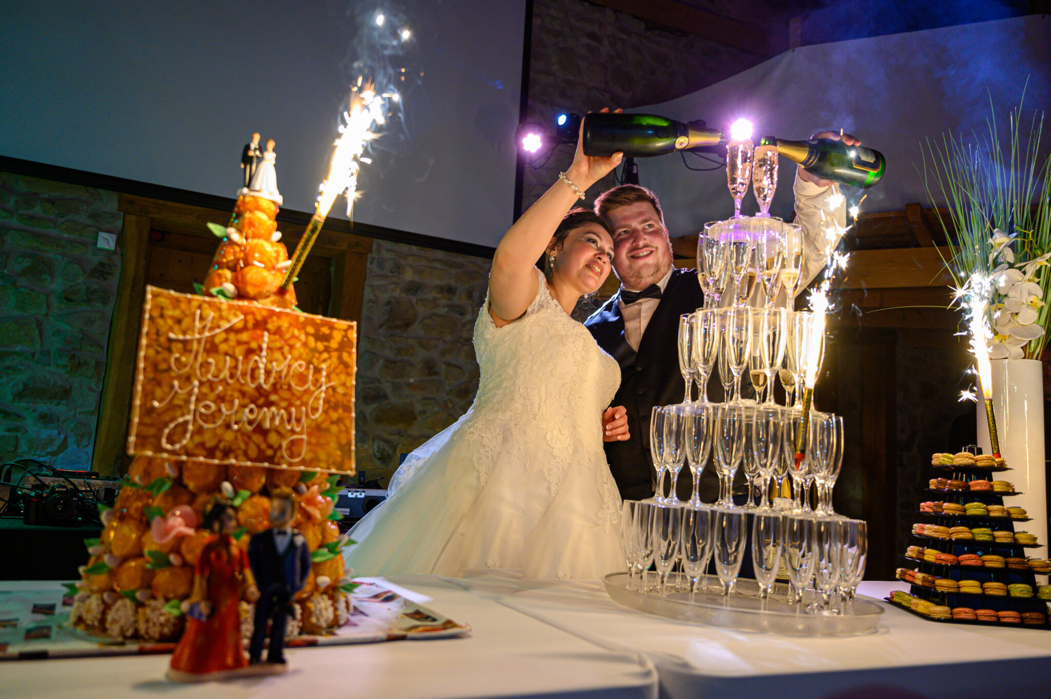 Mariés lors de leur soirée de mariage dans la salle de réception avec Dj Art Song Production