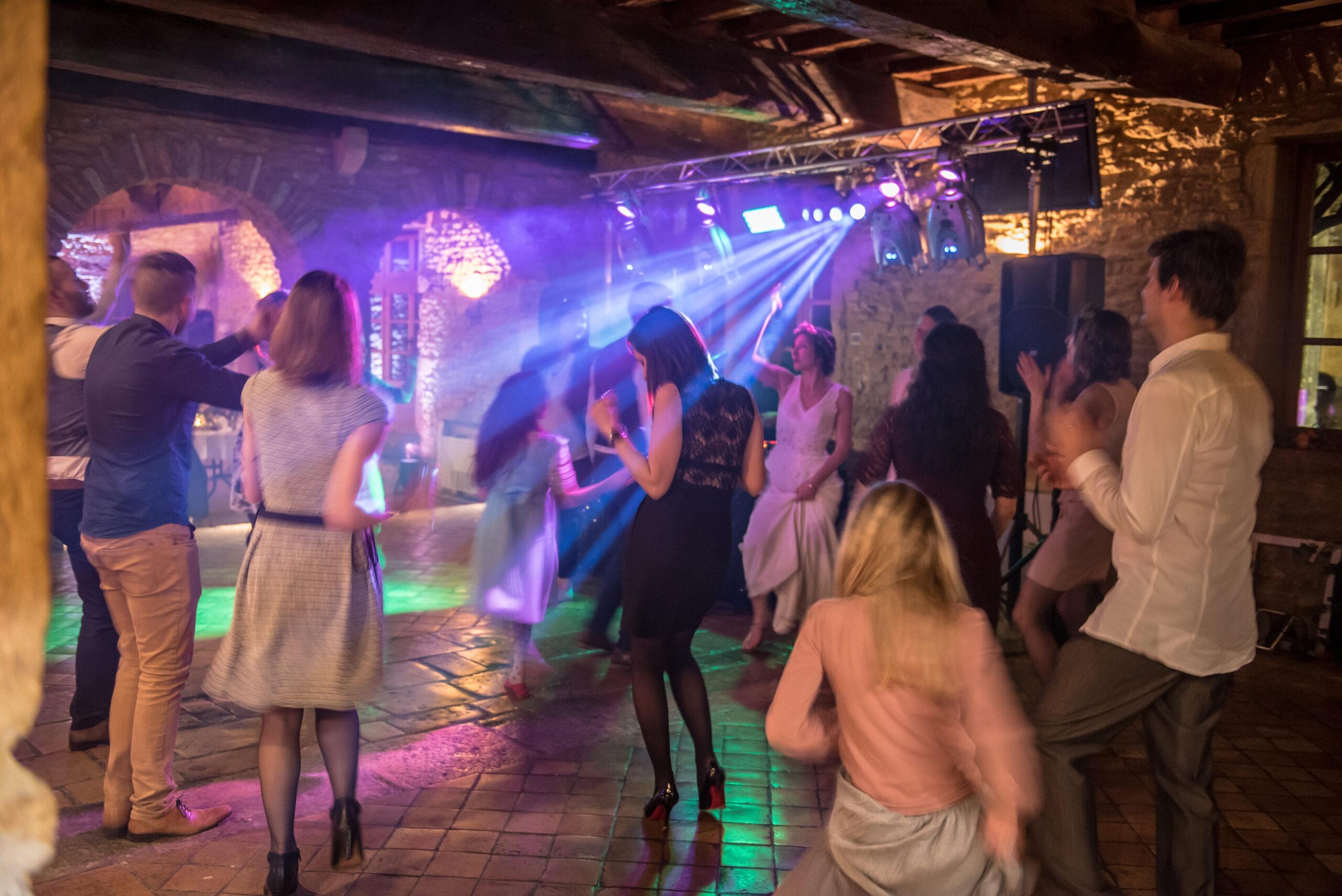 Mariés et convives en train de danser au rythme de la musique gérée par Djette Svetlana, ArtSong