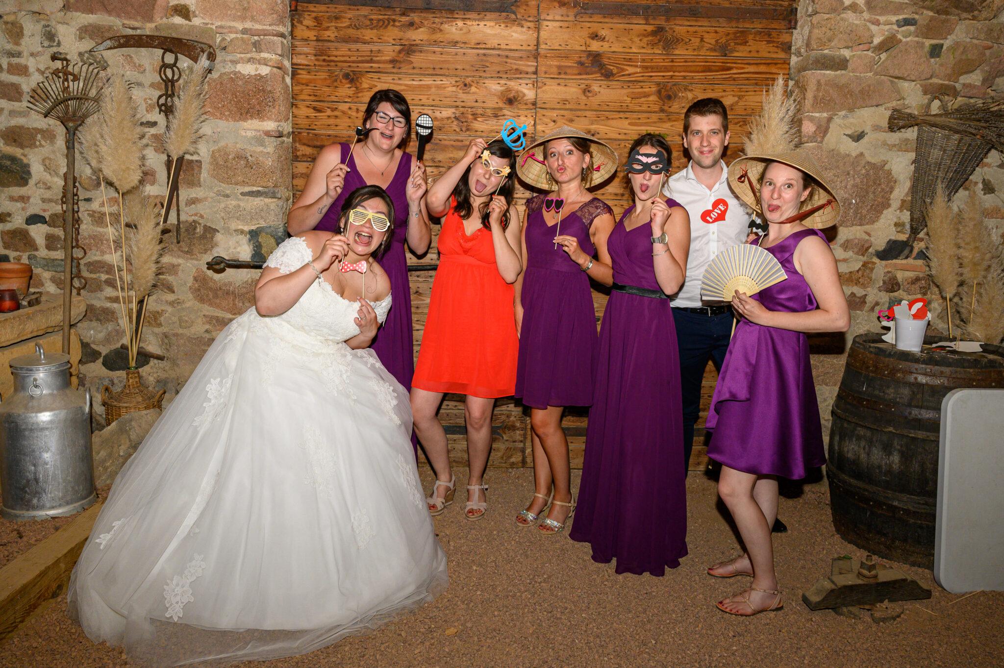 Mariée avec ses convives et témoins lors de la soirée de mariage gérée par Dj Art Song Production