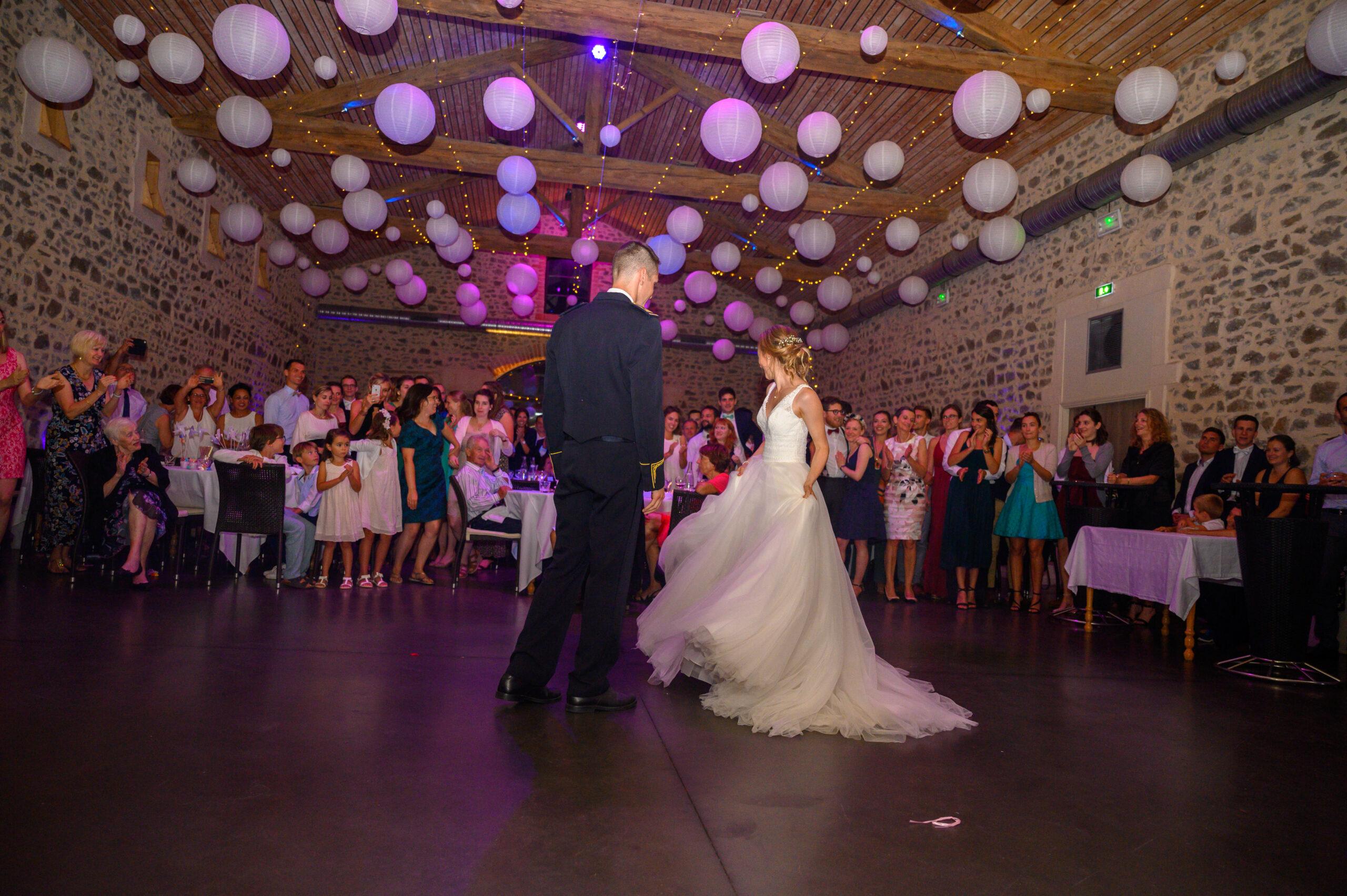 Ouverture de bal par couple de mariés dans la salle de réception du Château des Loges, au Perréon, dans le Beaujolais