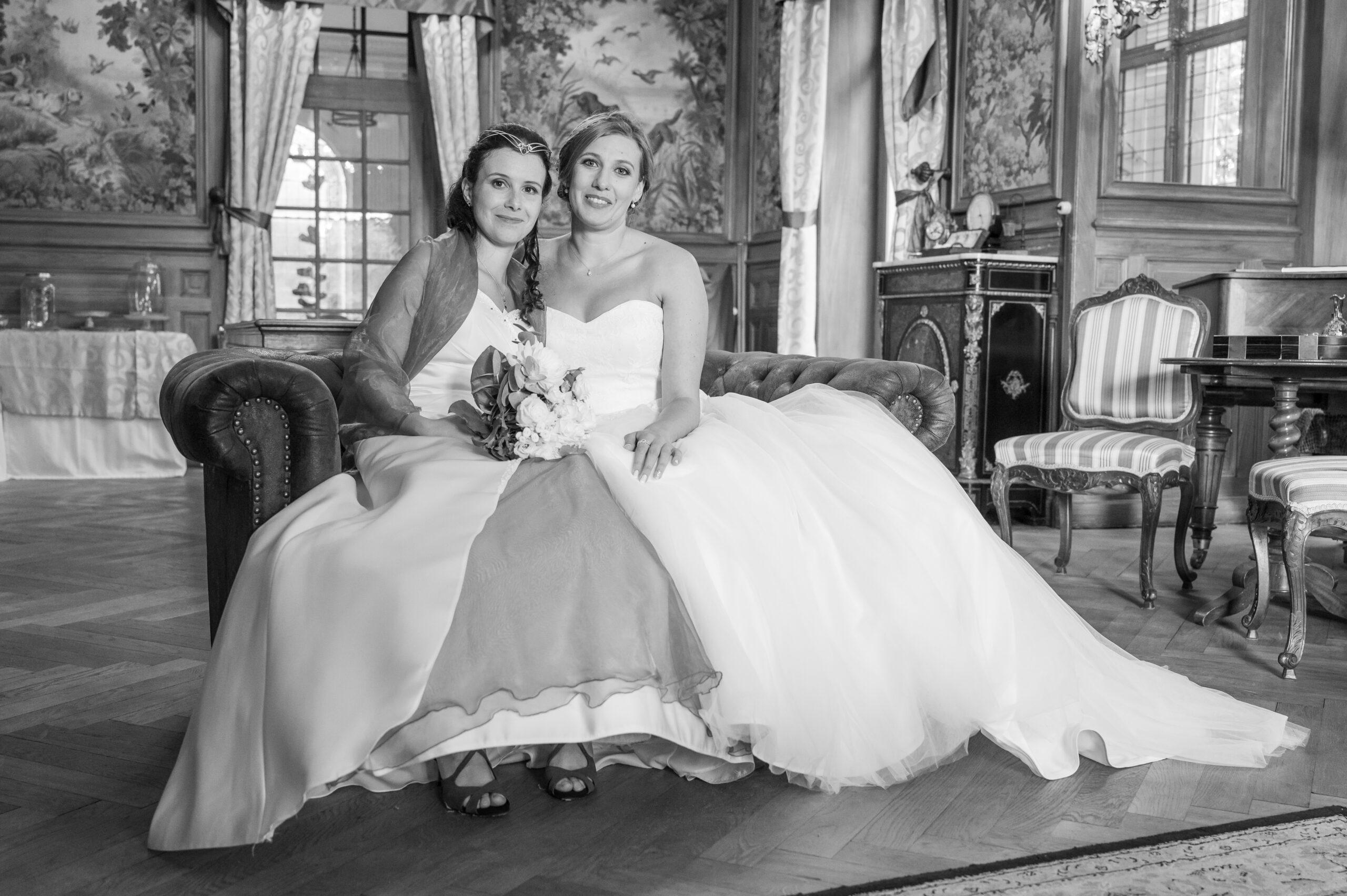 Photo en noir et blanc d'un couple de mariées assis dans un décor de château, lieu se situant dans le Beaujolais, aux alentours de Lyon