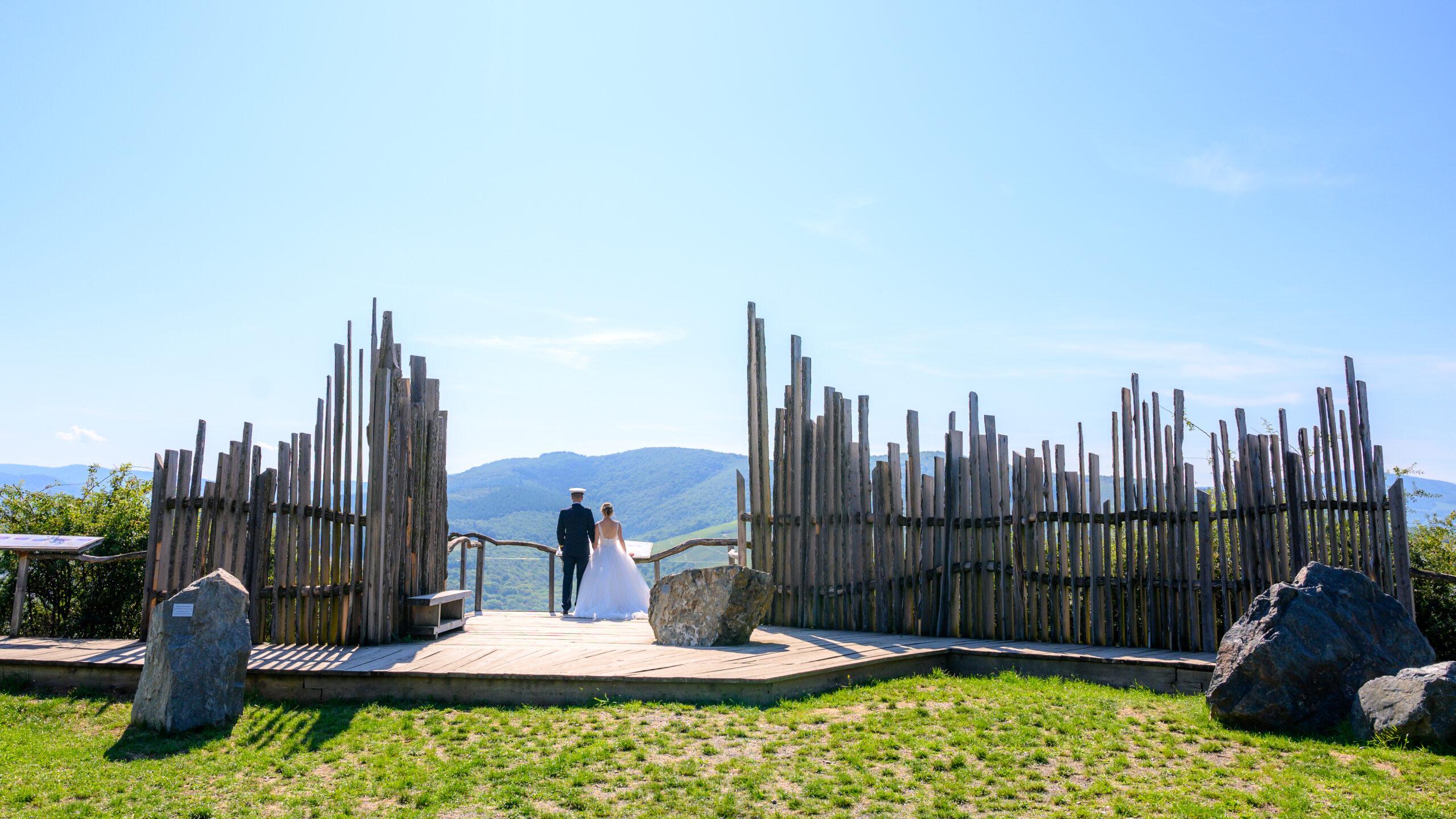Photo couple de mariés lors de leur shooting photo dans le Beaujolais