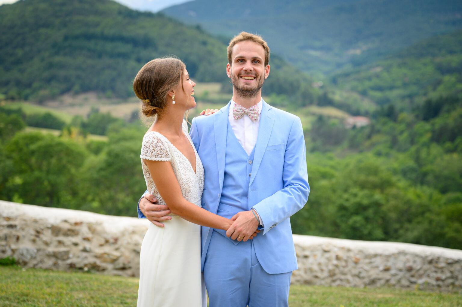 Couple de mariés lors de leur shooting photo dans le Beaujolais vert