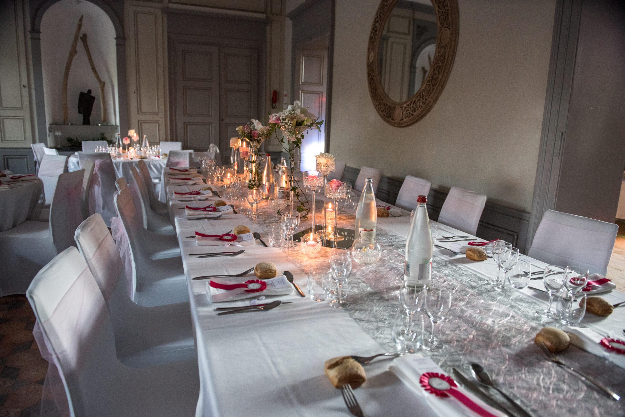Décoration de table avec fleurs, bougies pour un mariage dans le Beaujolais avec pour animatrice Djette Svetlana, Dj de Dj Art Song Production
