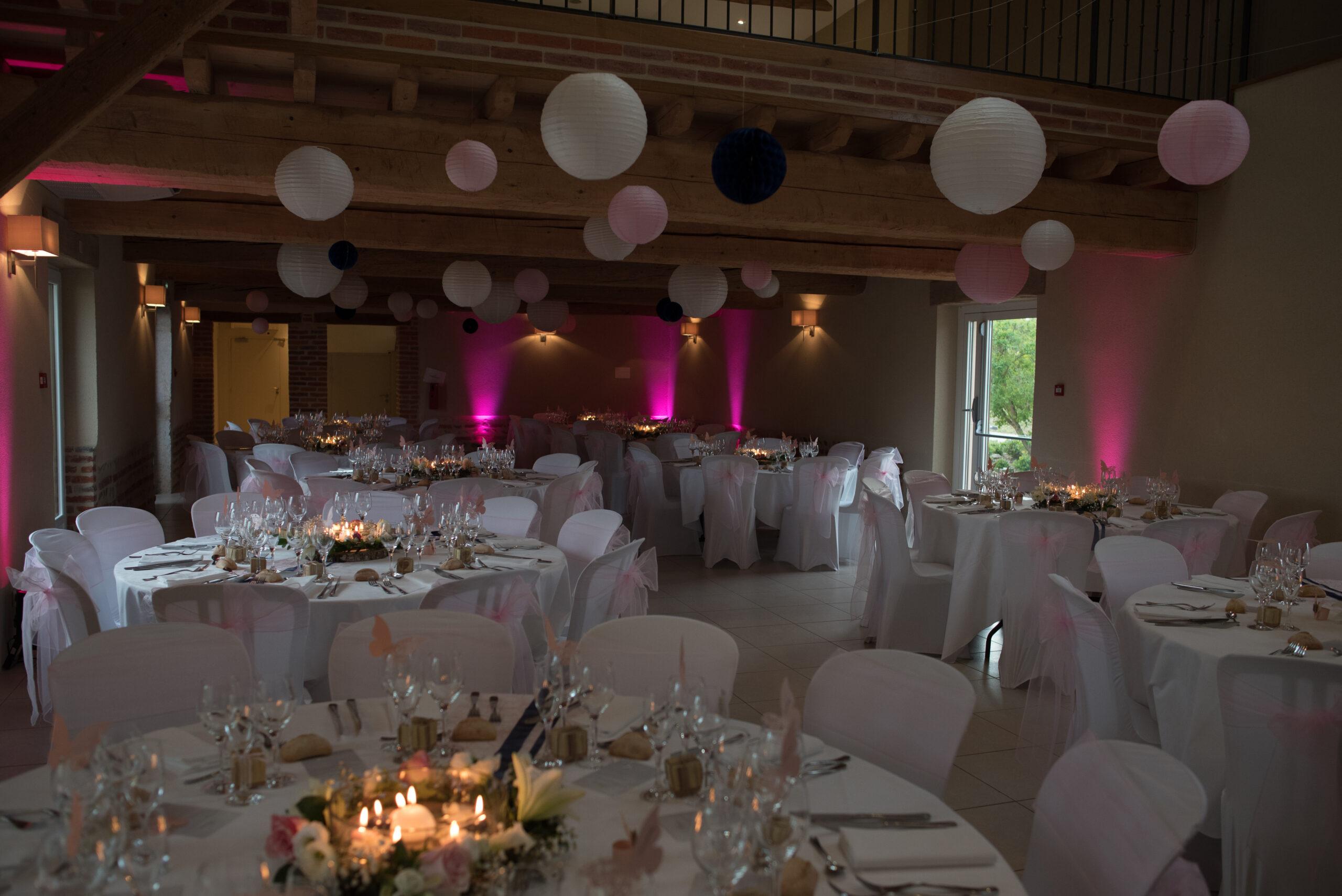 Décoration de salle de réception pour un mariage dans le Beaujolais, près de Lyon par Art Song Production