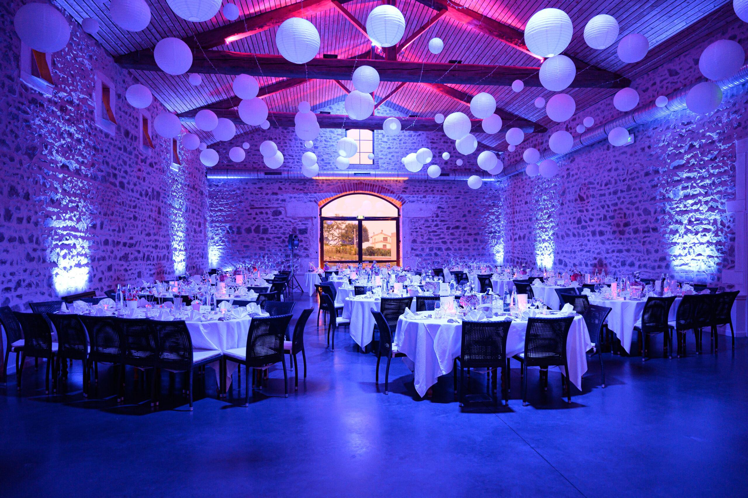Décoration salle de réception au Château des Loges avec ambiance assurée par Djette Svetlana, Dj d'Art Song Production, agence évènementielle dans le Beaujolais