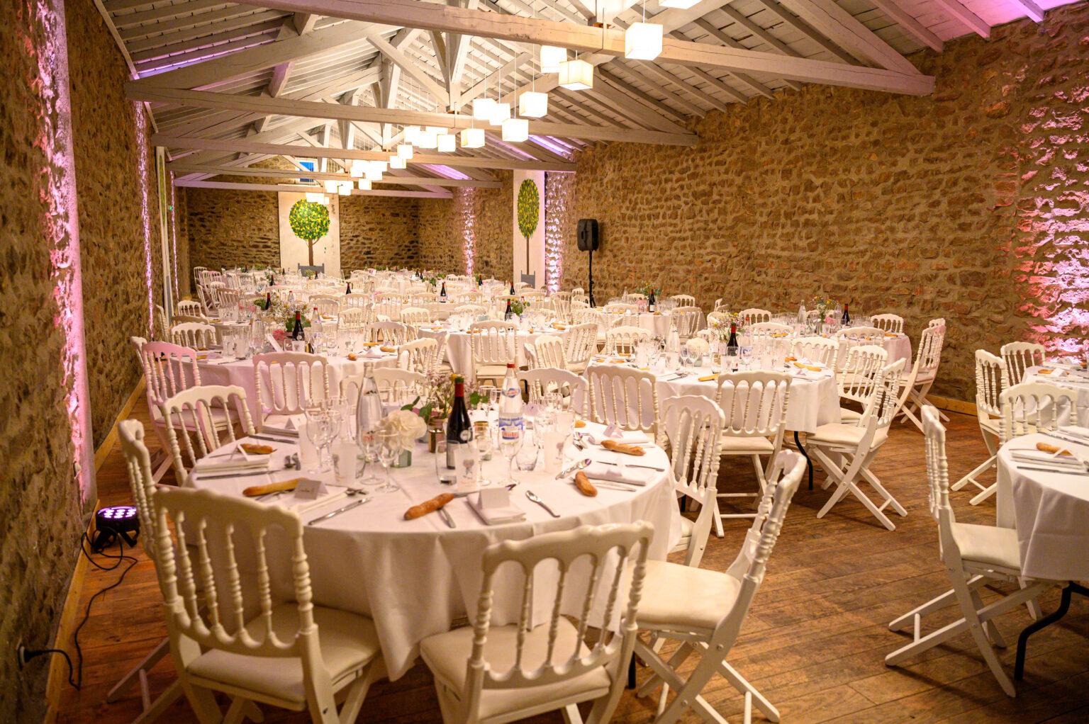 Décoration tables de mariage avec jeu de lumière projecteurs sur les murs dans le Beaujolais, près de Lyon et Villefranche-sur-Saône