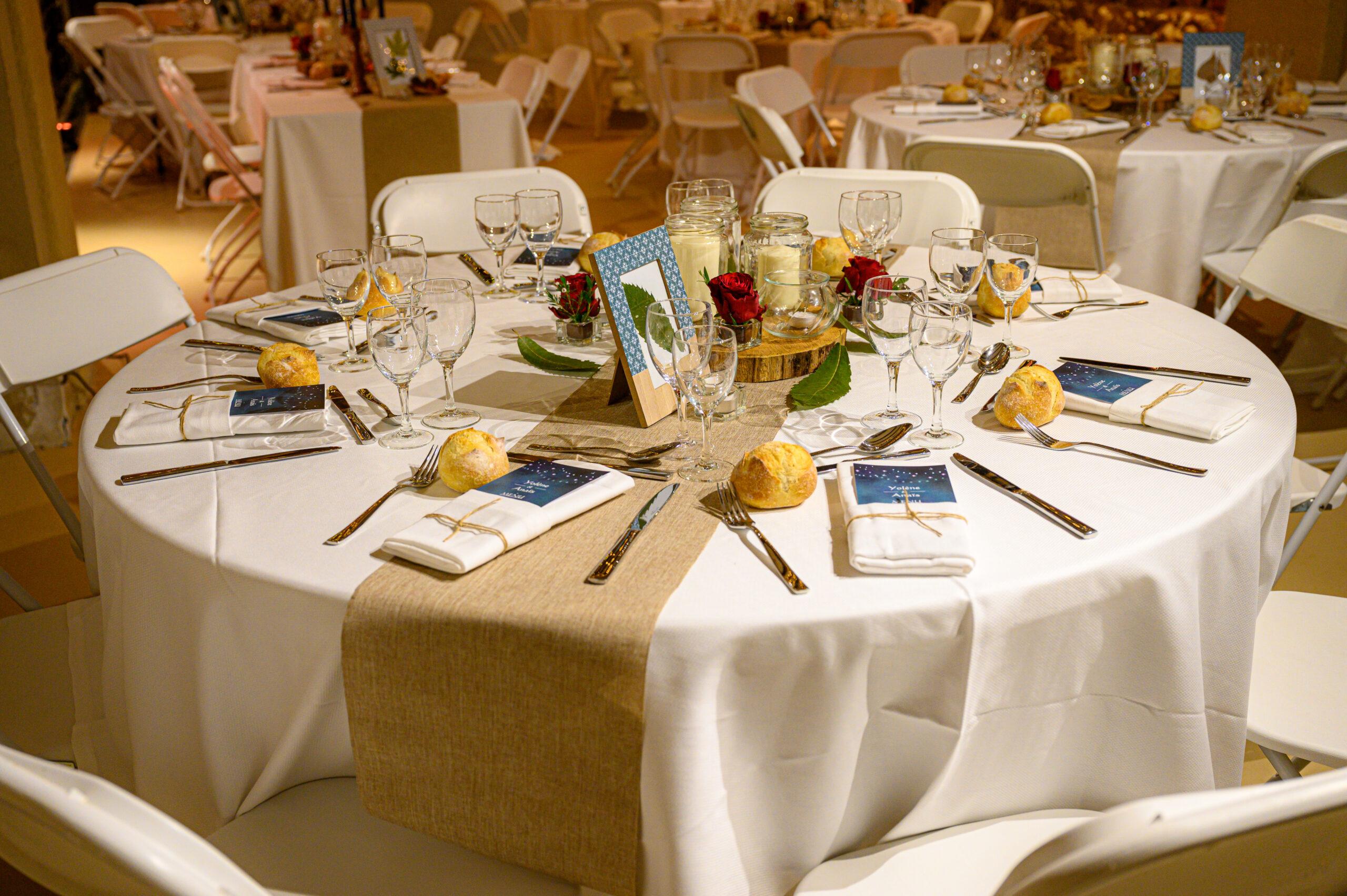 Décoration nature pour salle de réception d'un mariage dans le Beaujolais par Art Song Production