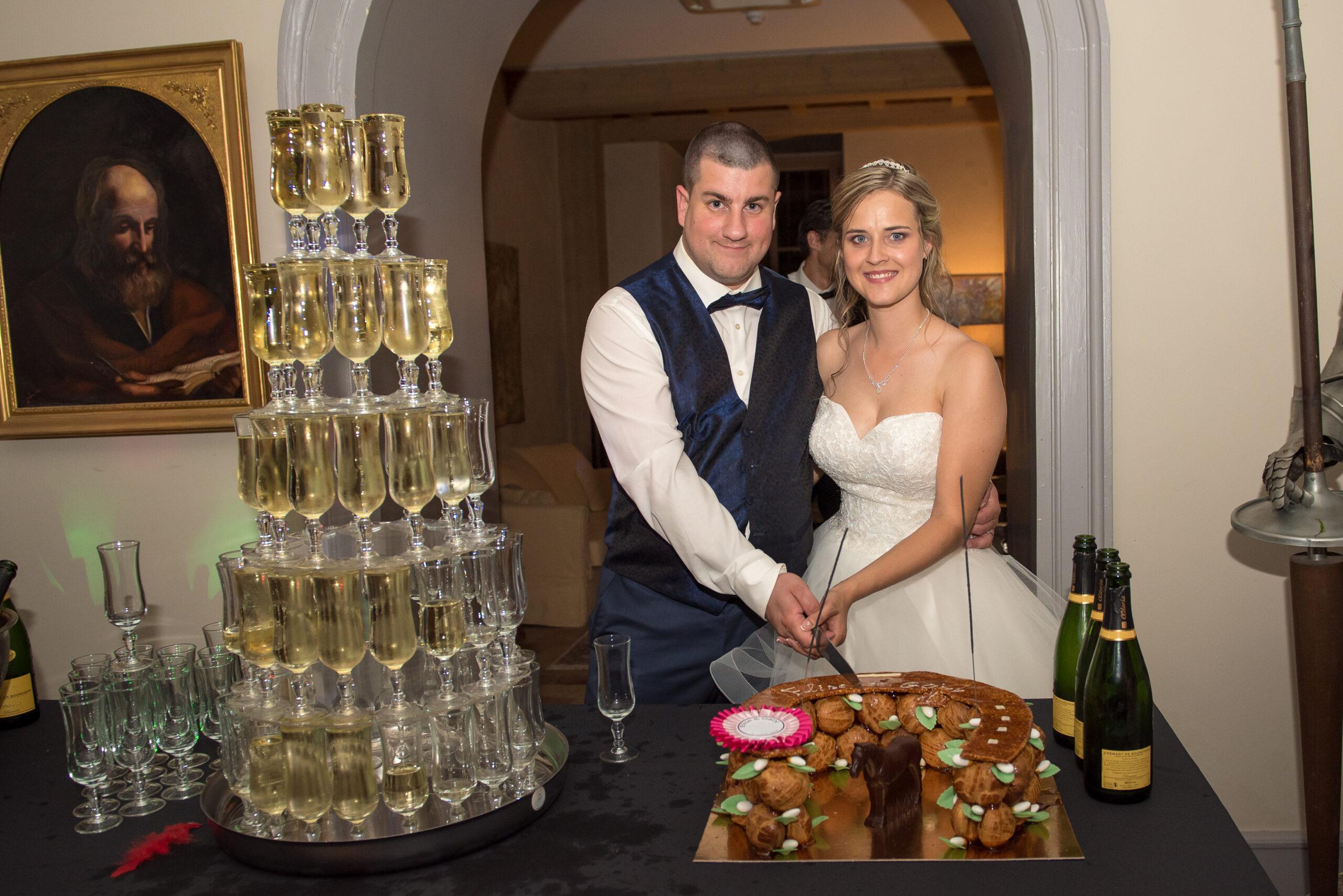Mariés en train de couper leur gâteau de mariage lors de leur soirée organisée par Dj Art Song Production