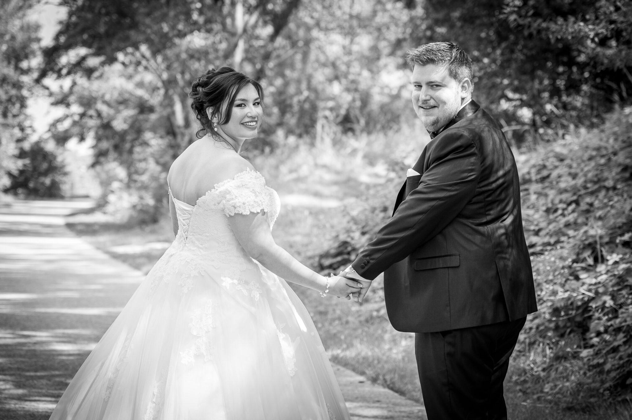 Photo en noir et blanc d'un couple de mariés