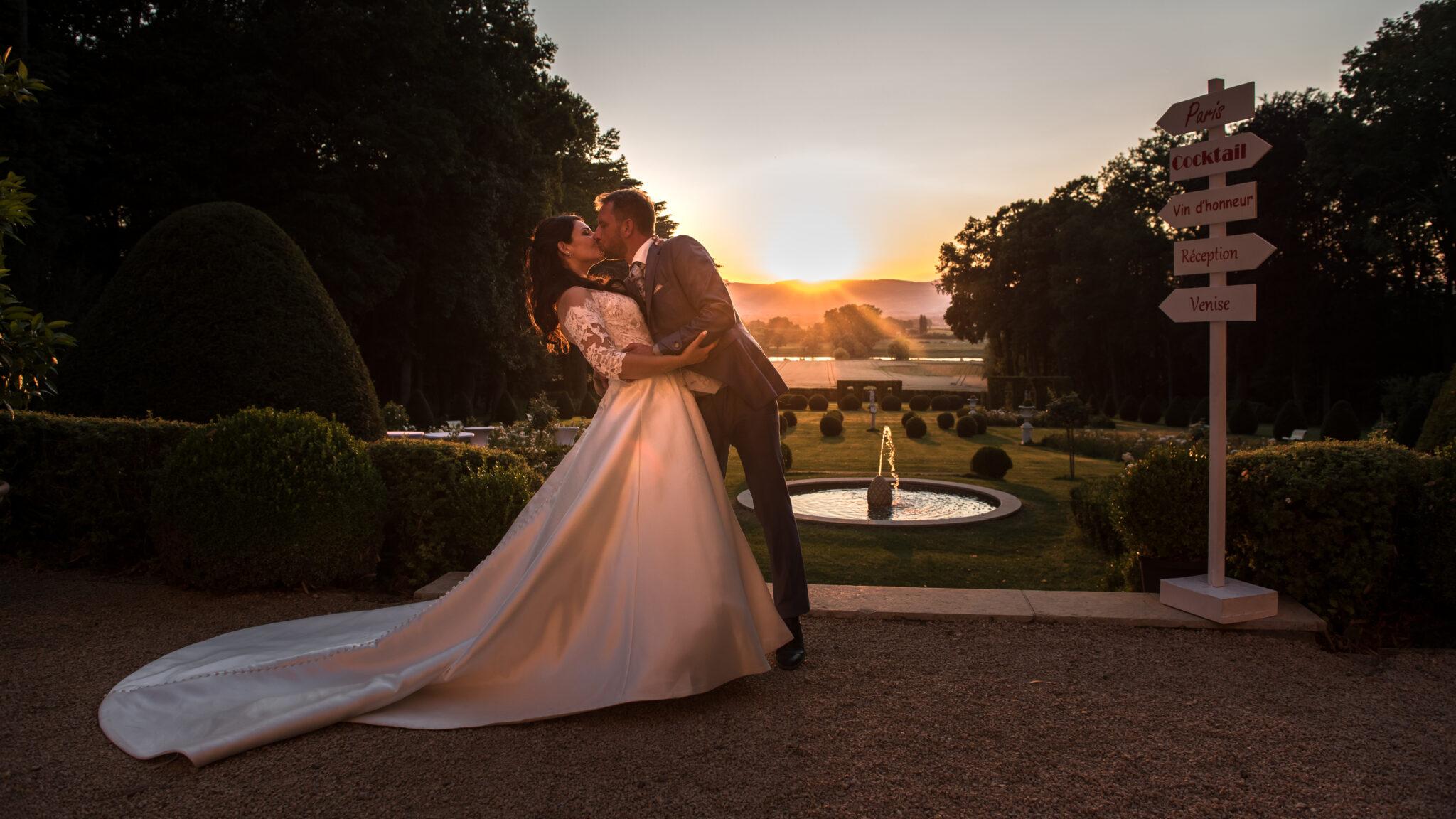 Mariés en train de s'embrasser au Domaine de la Ruisselière, Beaujolais