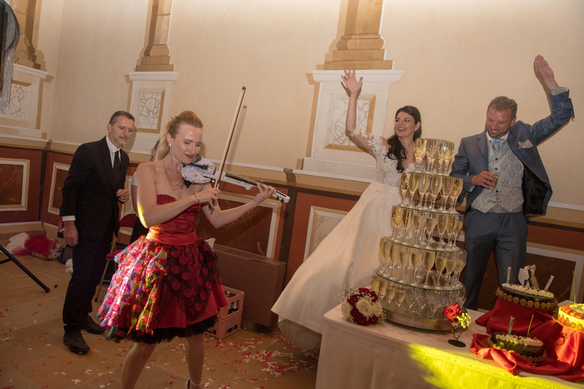 Animation musicienne violoniste pour soirée de mariage, ambiance assurée par Dj Art Song Production