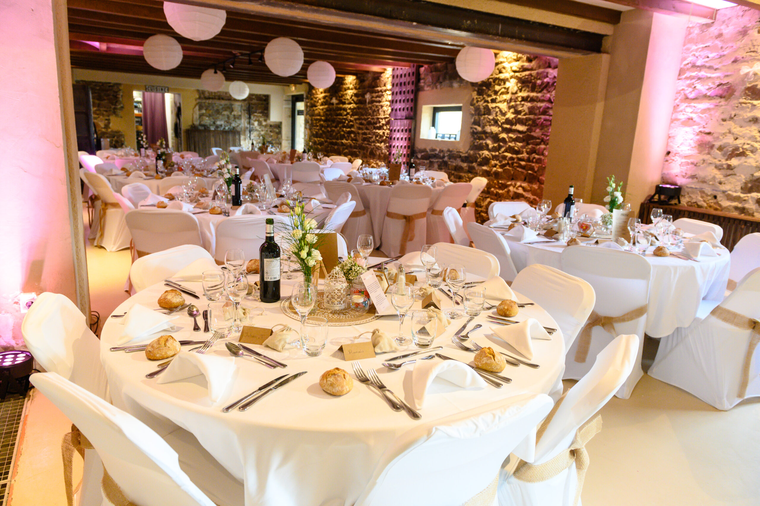 Décoration salle de réception pour soirée d'un mariage vers Villefranche