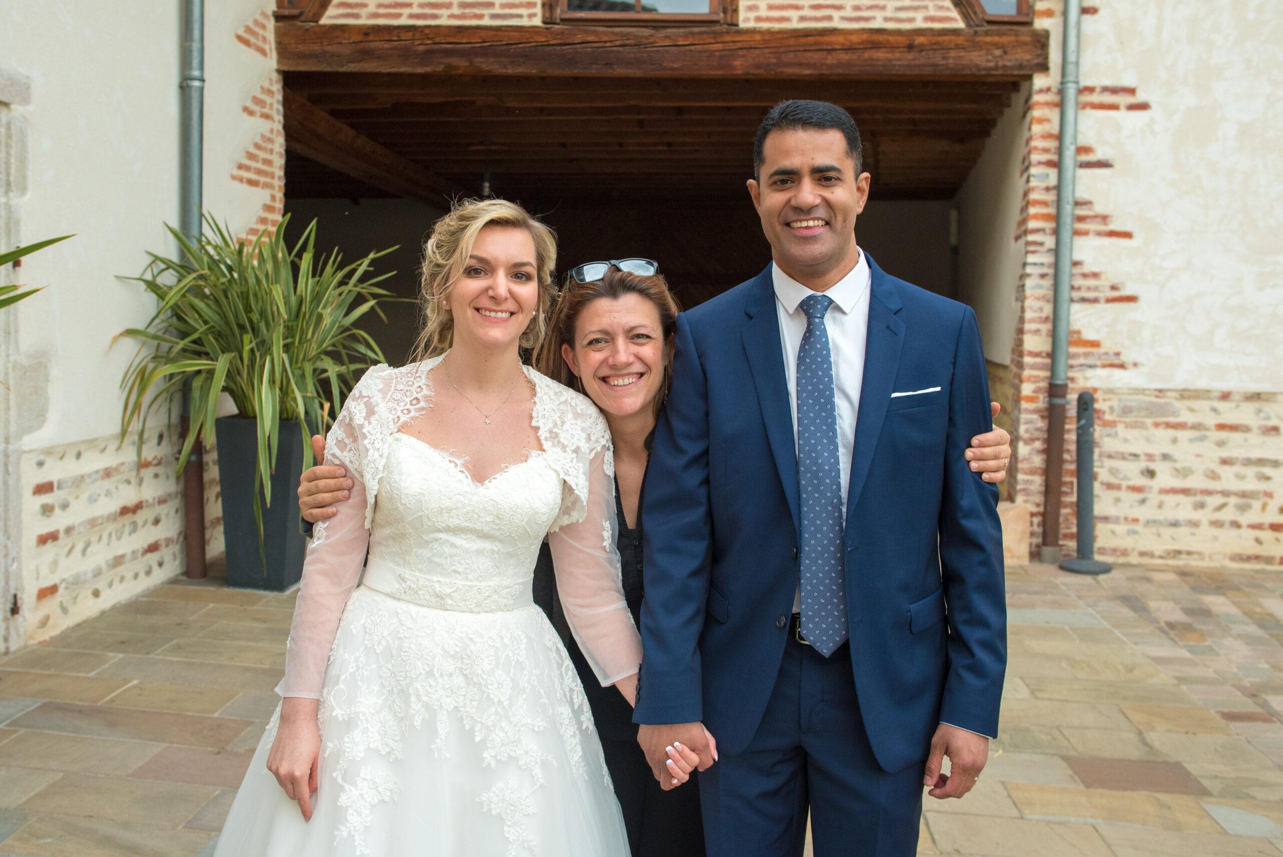 Photo des mariés avec Djette Svetlana, d'Art Son Production, agence évènementielle DJ sono lumière