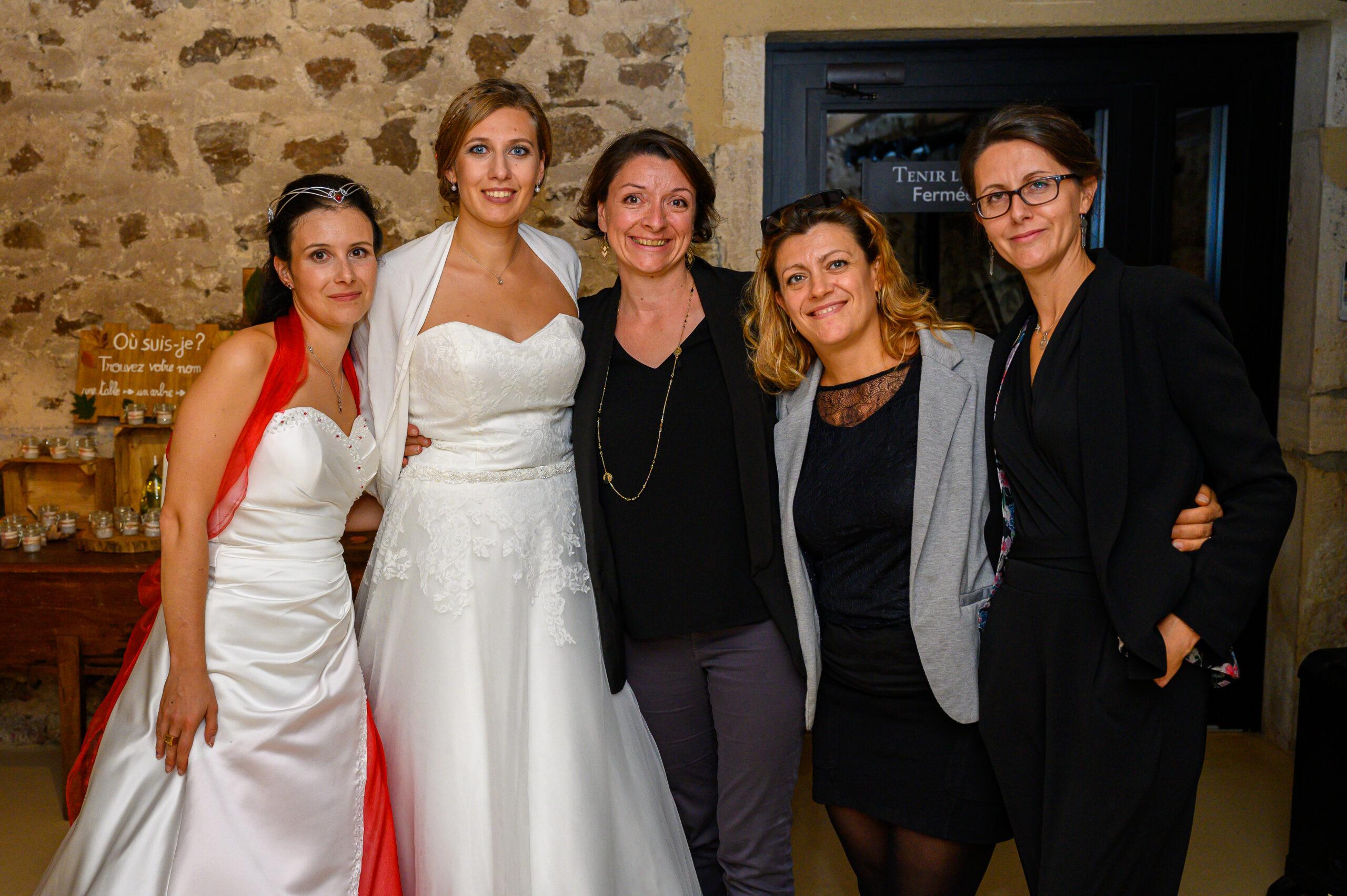 Photo des mariés avec les organisatrices dont Djette Svetlana d'Art Song Production, agence évènementielle DJ sono, lumière, pour une ambiance assurée
