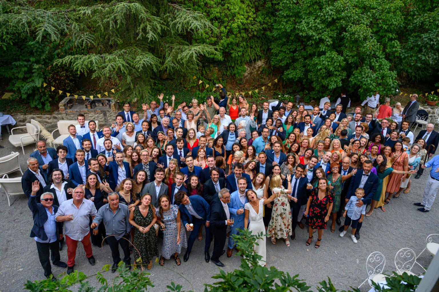 Photo vue aérienne de l'ensemble des invités et les mariés pour un mariage près de Lyon, dans le Beaujolais