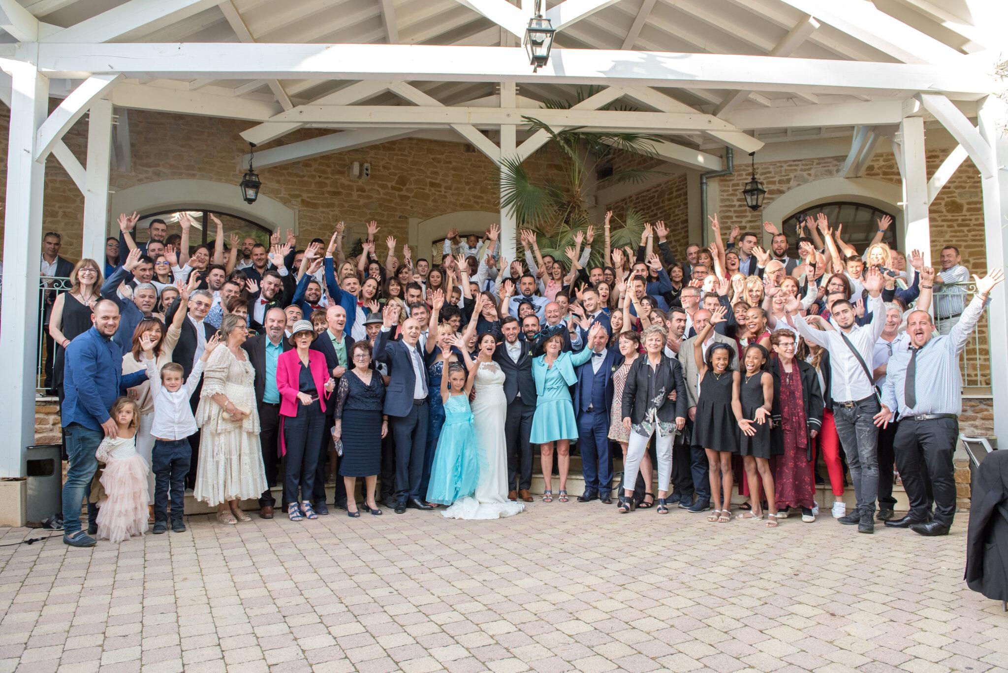 Photo de l'ensemble des convives et des mariés devant la salle de réception et avant la soirée gérée par Djette Svetlana, Dj Art Song