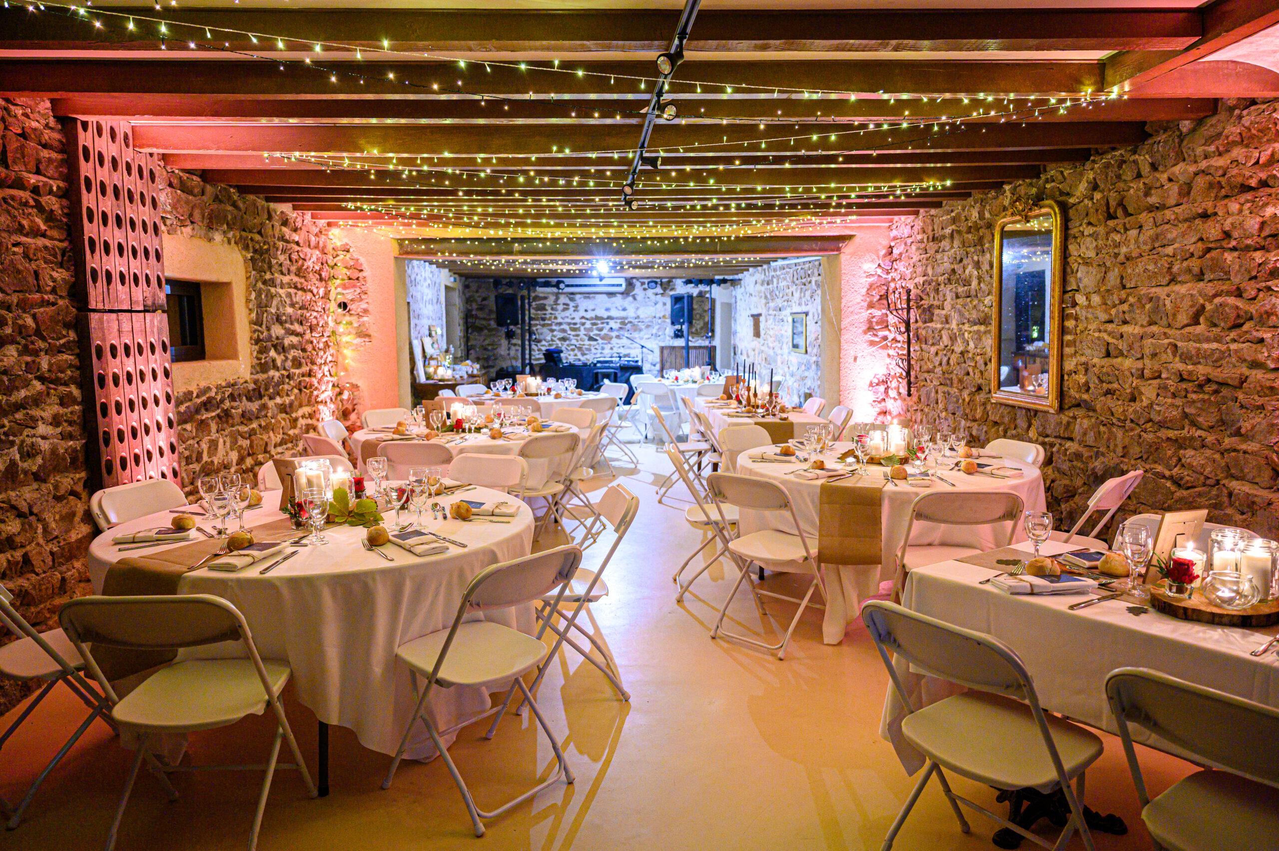 Salle de réception pour un mariage dans le Beaujolais avec en arrière-plan, la sono et les jeux de lumières de Djette Svetlana, d'Art Song Production