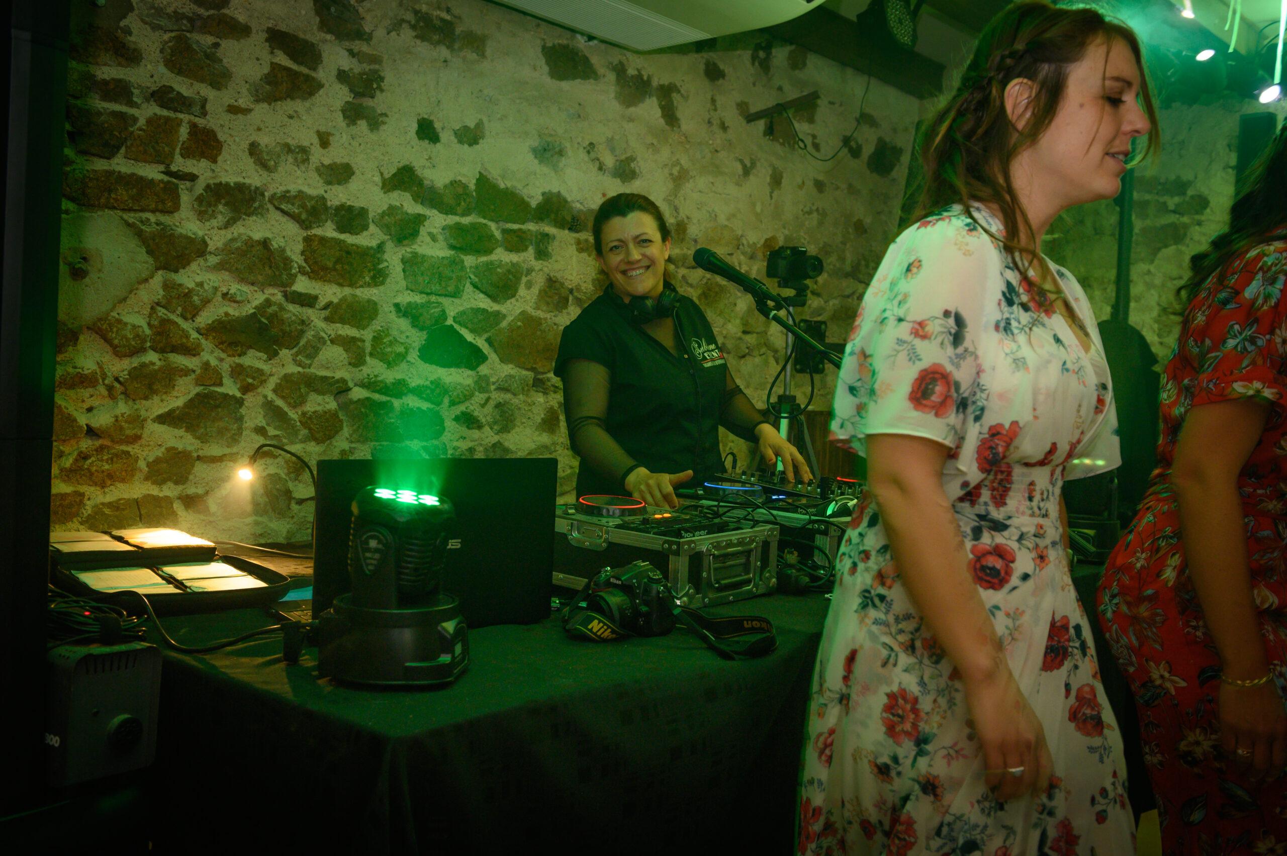 Soirée mariage dans le Beaujolais avec Svetlana, Djette à Art Song Production