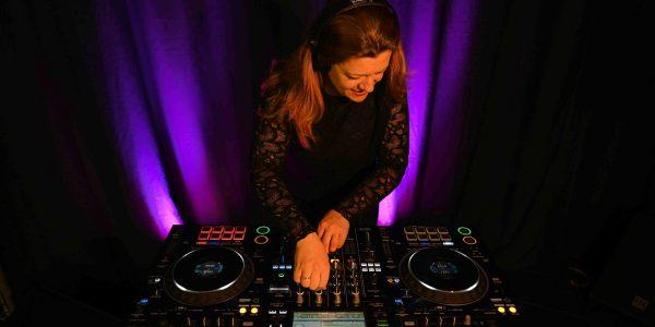 Dj de l'agence évènementielle Arts Song Productions en train d'utiliser une table de mixage lors d'un évènement privé à Villefranche